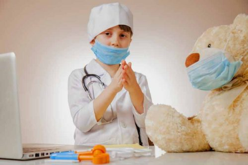 Enfants jouant avec coronavirus